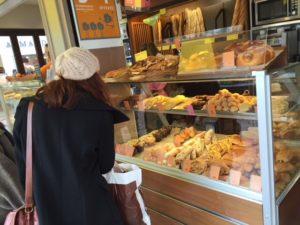 パンを選ぶ女の子